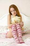 Adolescente triste en cama Foto de archivo