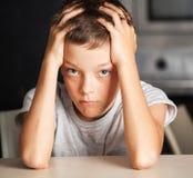 Adolescente triste en casa Foto de archivo
