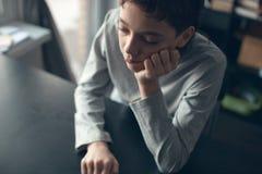 Adolescente triste en casa Foto de archivo libre de regalías