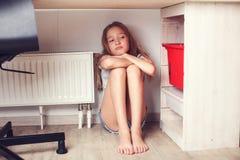 Adolescente triste en casa Fotografía de archivo