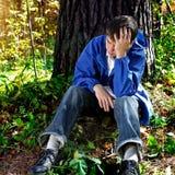 Adolescente triste en el bosque Foto de archivo libre de regalías