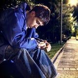 Adolescente triste en el parque Imagen de archivo