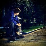Adolescente triste en el parque de la noche Imagen de archivo
