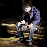 Adolescente triste en el parque de la noche Imagenes de archivo