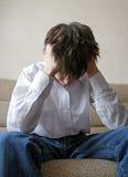 Adolescente triste en el sofá Imagen de archivo