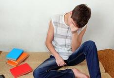 Adolescente triste en el sofá Imágenes de archivo libres de regalías
