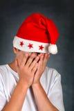 Adolescente triste en el sombrero de Santas Fotos de archivo