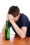 Adolescente triste en la adicción al alcohol Foto de archivo libre de regalías