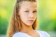 Adolescente triste en la blusa blanca Fotografía de archivo