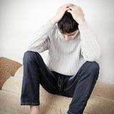 Adolescente triste en la cama Fotos de archivo