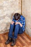 Adolescente triste en la esquina Foto de archivo