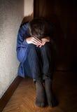 Adolescente triste en la esquina Imagenes de archivo