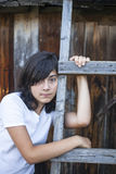 Adolescente triste en la granja durante los días de fiesta dolor Imagen de archivo libre de regalías