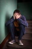 Adolescente triste en las escaleras Imagen de archivo libre de regalías