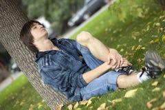 Adolescente triste en parque Foto de archivo libre de regalías