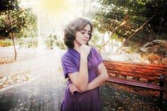 Adolescente triste en rayos de la puesta del sol Fotos de archivo libres de regalías
