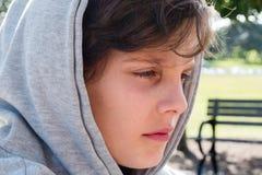 Adolescente triste en sudadera con capucha Imagen de archivo