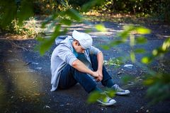 Adolescente triste exterior foto de stock royalty free