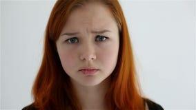 Adolescente triste infelice isolato a fondo bianco video d archivio