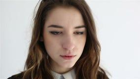 Adolescente triste infeliz aislado en el fondo blanco metrajes