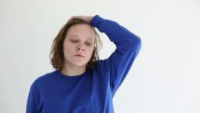 Adolescente triste infeliz aislado en el fondo blanco almacen de video