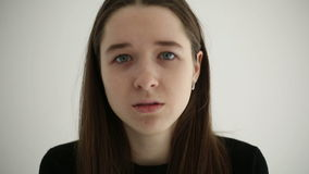 Adolescente triste infeliz aislado en el fondo blanco almacen de metraje de vídeo