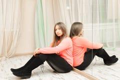 Adolescente triste que senta-se no assoalho imagem de stock