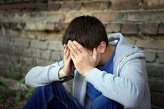 Adolescente triste por la pared Imagen de archivo