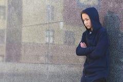 Adolescente triste presionado en un fondo oscuro, concepto adolescente del problema fotografía de archivo libre de regalías