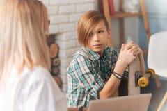 Adolescente triste que habla con su psicólogo Foto de archivo