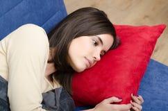 Adolescente triste que miente en cama antes de sueño Fotografía de archivo libre de regalías