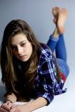 Adolescente triste que mira la emoción fuerte de la sensación ausente de par en par Fotografía de archivo