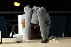 Adolescente triste que se queja en una barra en la noche Imagen de archivo