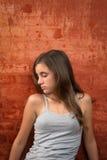 Adolescente triste que se sienta en el piso Imagenes de archivo