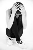 Adolescente triste que se sienta en la tierra Foto de archivo libre de regalías