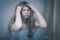 Adolescente triste que se sienta solamente Fotos de archivo libres de regalías
