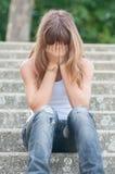Adolescente triste que senta-se apenas nas escadas no verão fotos de stock royalty free