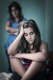 Adolescente triste y su madre preocupante Imagen de archivo