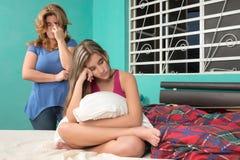 Adolescente triste y su madre preocupante en casa Imagenes de archivo
