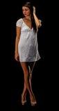 Adolescente in un vestito bianco dalla spiaggia immagini stock libere da diritti