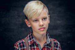 Adolescente in una camicia su fondo grigio Fotografia Stock