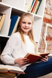 Adolescente in una libreria Fotografie Stock