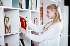 Adolescente in una libreria Immagine Stock
