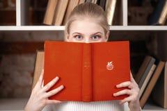 Adolescente in una libreria Immagini Stock Libere da Diritti