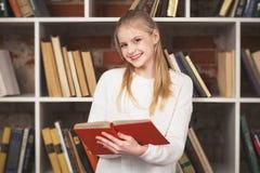Adolescente in una libreria Fotografia Stock Libera da Diritti
