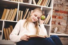 Adolescente in una libreria Immagine Stock Libera da Diritti