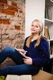 Adolescente in una libreria Immagini Stock