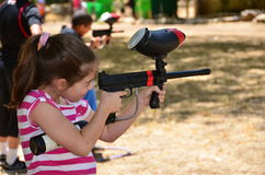 Adolescente in una pratica di obiettivo con una pistola di paintball Fotografie Stock
