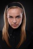 Adolescente Unsmiling en negro Fotografía de archivo
