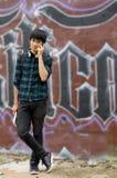 Adolescente urbano con el teléfono móvil Imagen de archivo